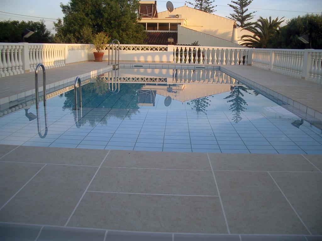 Prive zwembaden for Zwembad tegels